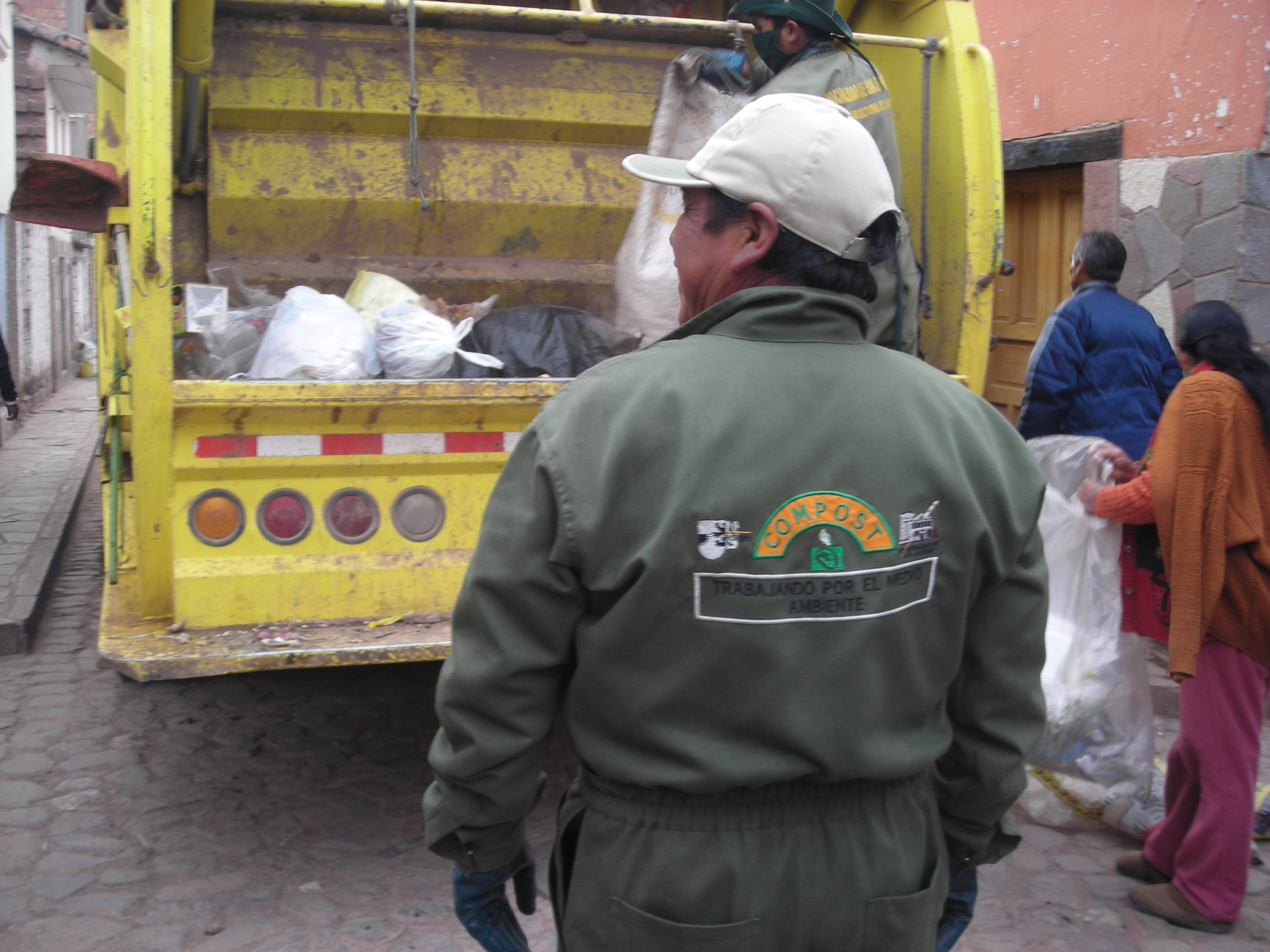 The municipal worker (he has both logos of Edegem and of his own municipality at the back) – Compost Â– Trabajando por el medio ambiente