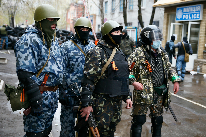 Pro-Russian armed men stand guard in Slaviansk, Reuters photo