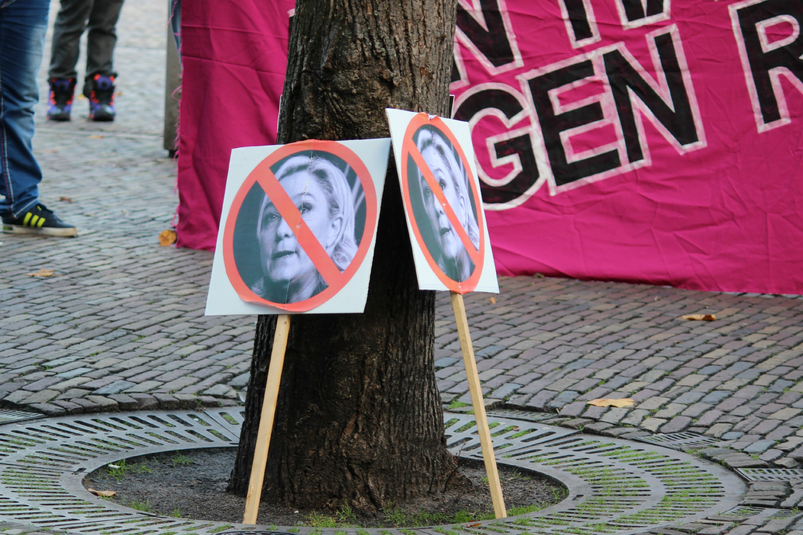 Marine Le Pen signs in protest, The Hague [marie-II/Flickr]