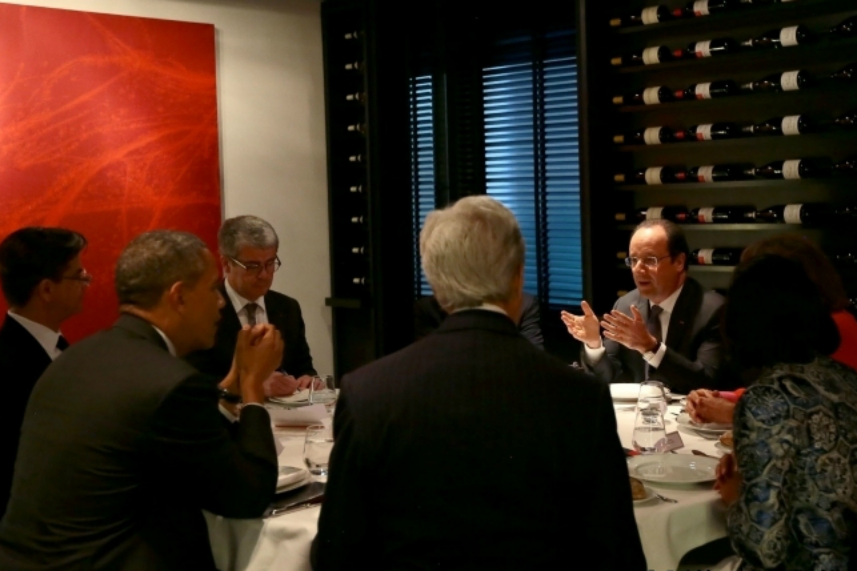 Barack Obama and François Hollande dine in Paris [French Presidency]