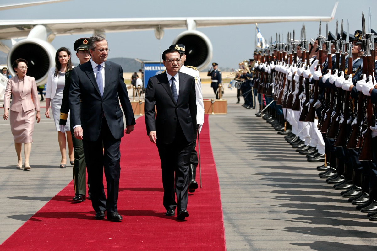 China's Premier Li Keqiang and Greek Prime Minister Antonis Samaras inspect a guard of honour during a welcoming ceremony. Athens' airport, 19 June. [Reuters/Yorgos Karahalis]