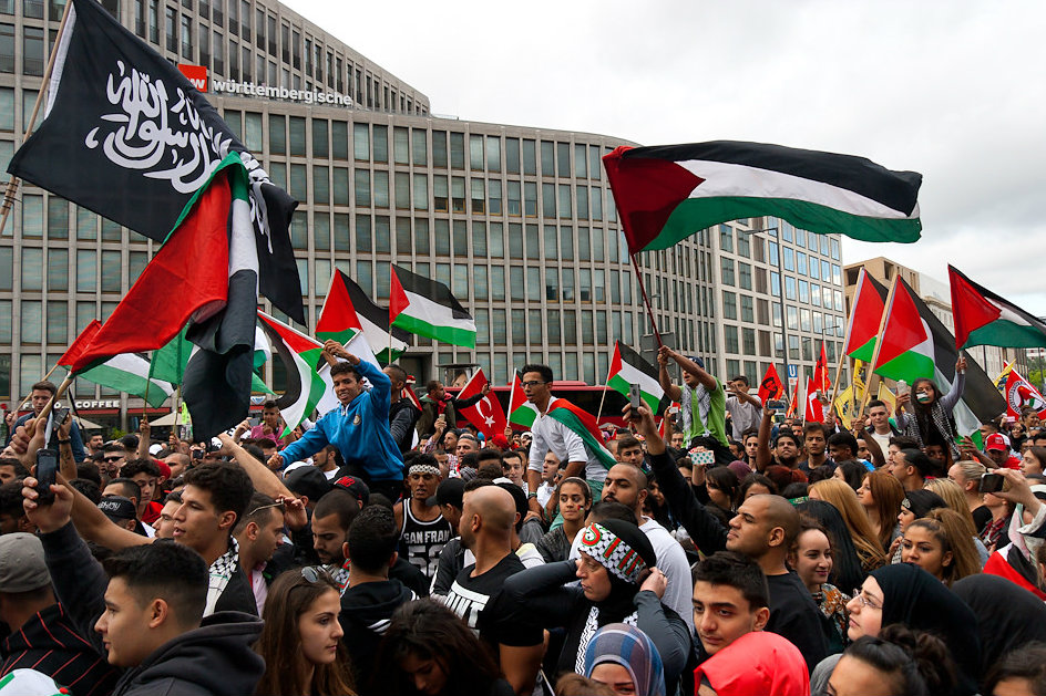 Demonstrators gather in Berlin to protest heightened Israeli attacks on Gaza. July 2014 [Montecruz Foto/Flickr]