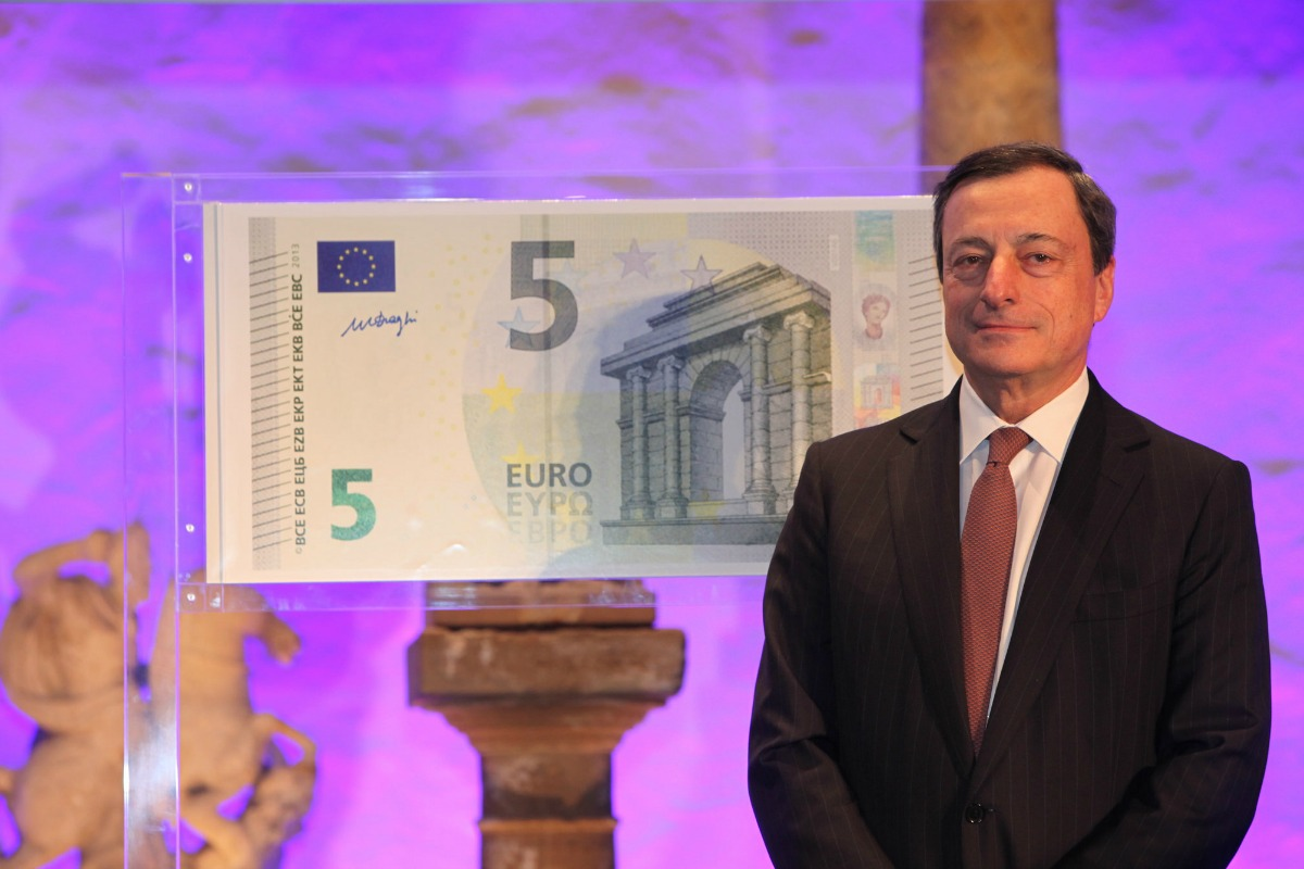 Mario Draghi, ECB President, unveils the new €5 banknote, January 10, 2013 [European Central Bank / Flickr]