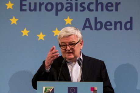 Former German Foreign Minister Joschka Fischer speaks at the dbb Forum in Berlin on Monday (24 November). [dbb/Jan Brenner]