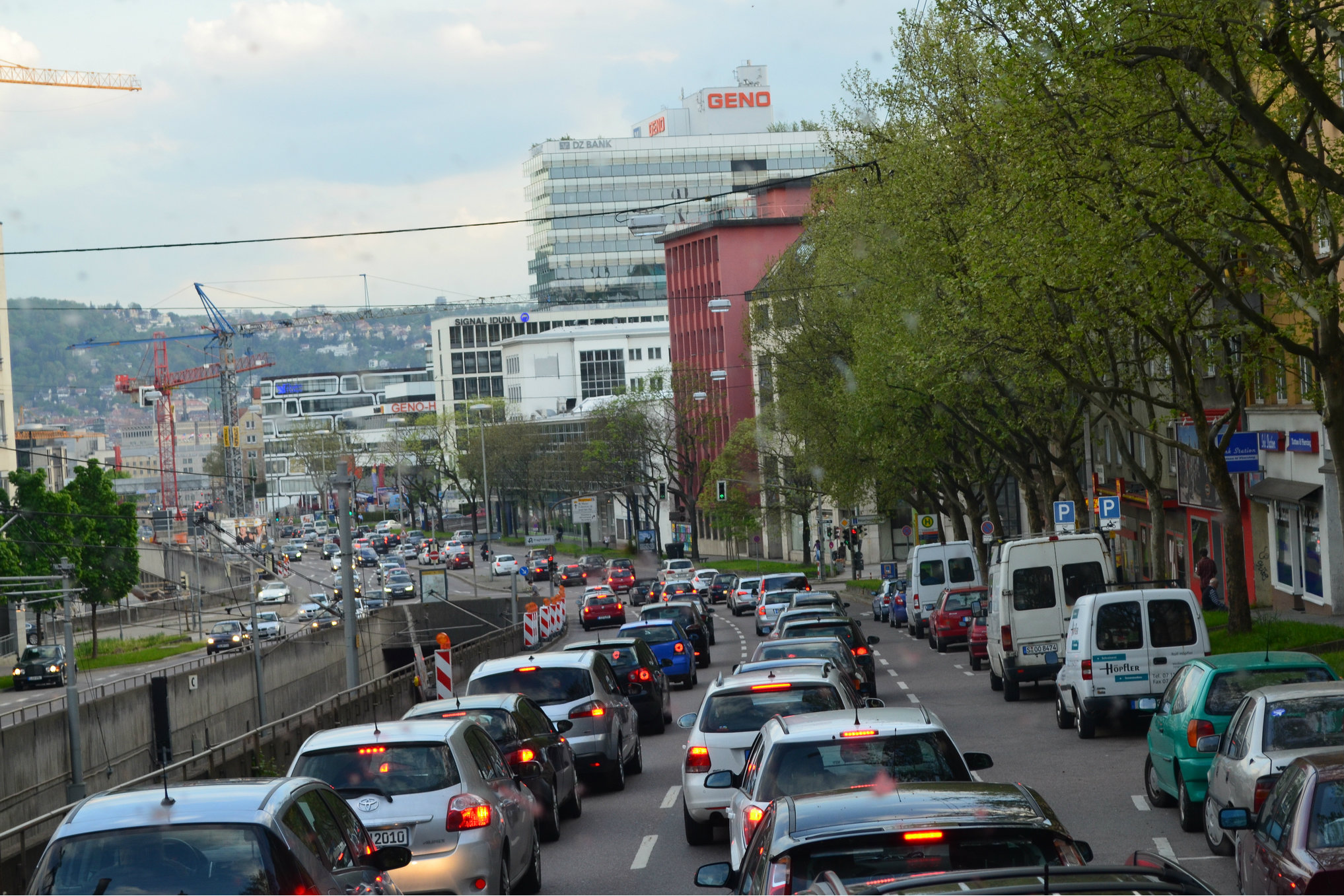traffic pollution Three monitoring tools: the air quality monitoring is based on 3 complementary tools: monitoring sites analyse either air pollution far from the traffic or along the traffic.