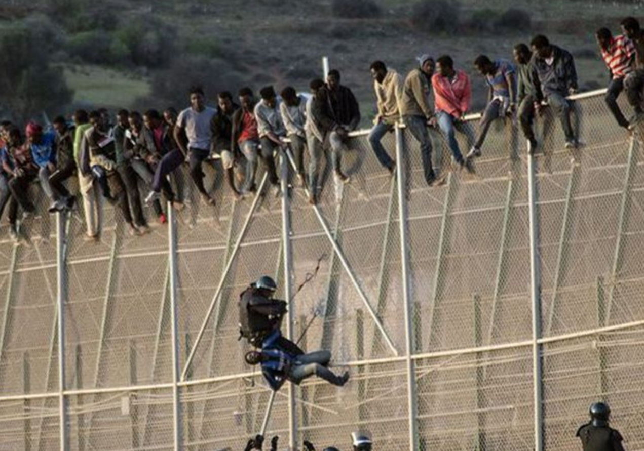 1 000 Migrants Storm Border Fence At Spanish Enclave Of
