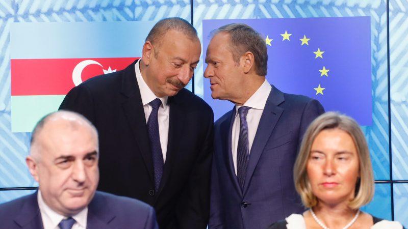 https://www.euractiv.com/wp-content/uploads/sites/2/2019/08/Alijev-Tusk-800x450.jpg