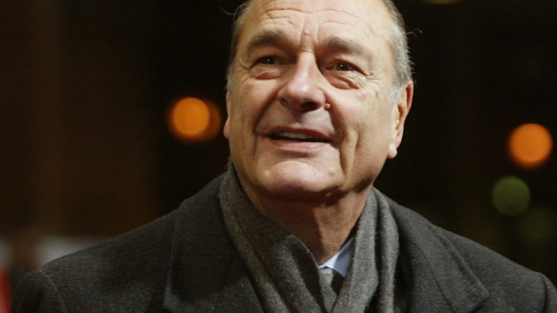 People queue to pay respects to France's late president Jacques Chirac