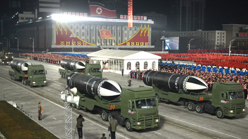Kim Jong-un shows its new submarine-launched ballistic missile