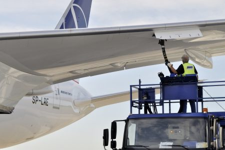 EU Commission, industry clash over green jet fuel mandate